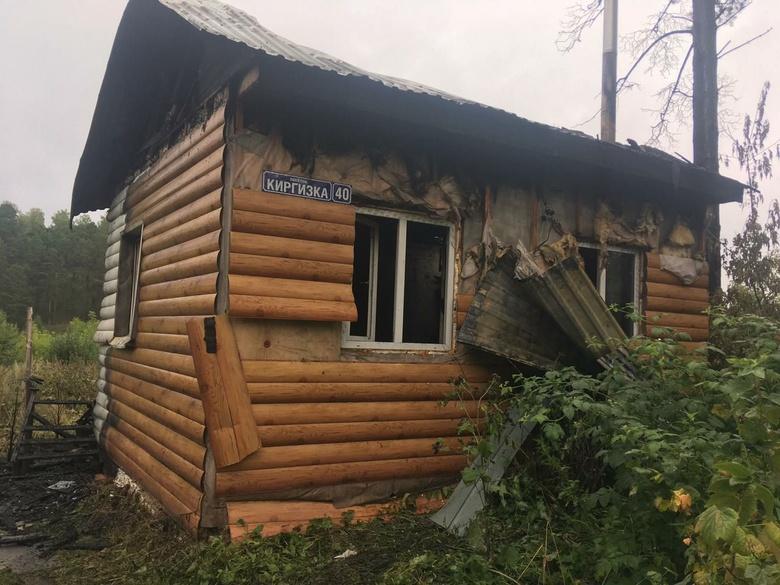 Двух человек спасли через окно горящего дома в Томске. За их жизни борются врачи