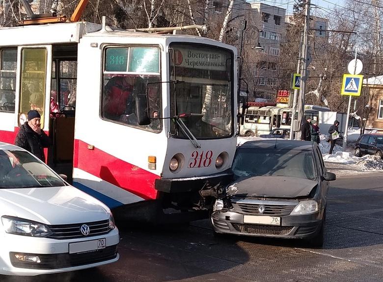 Пассажир авто попал в больницу после ДТП с трамваем в Томске