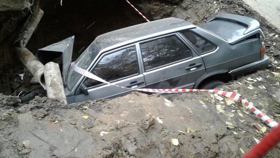 Водитель ВАЗа въехал в яму для коммунальных работ в Томске