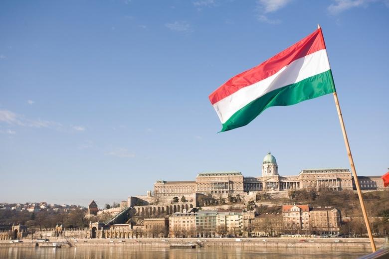 Венгрия начала массово забирать паспорта, выданные украинцам