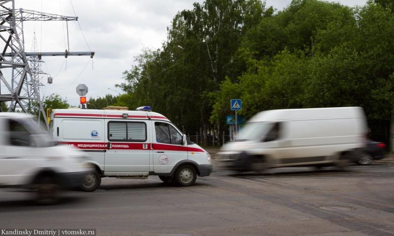 ВАЗ опрокинулся в кювет на трассе, двое пострадали