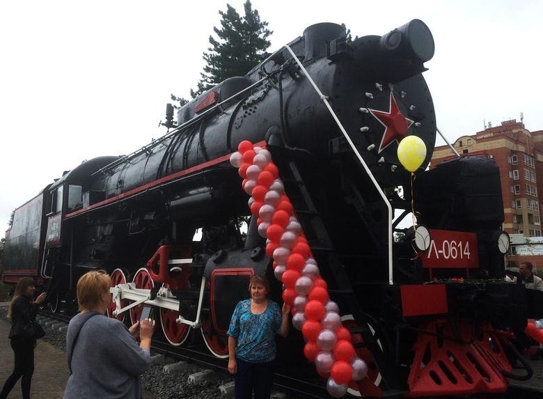 Статую коня и паровоз установили в новых скверах возле вокзалов Томска
