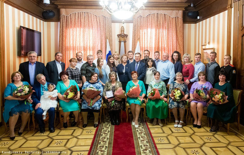 Девять семей из Томской области наградили за родительскую доблесть