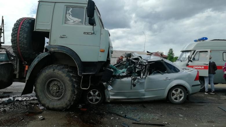 Водитель и пассажир Ford скончались, «залетев» под КамАЗ на трассе в Томской области