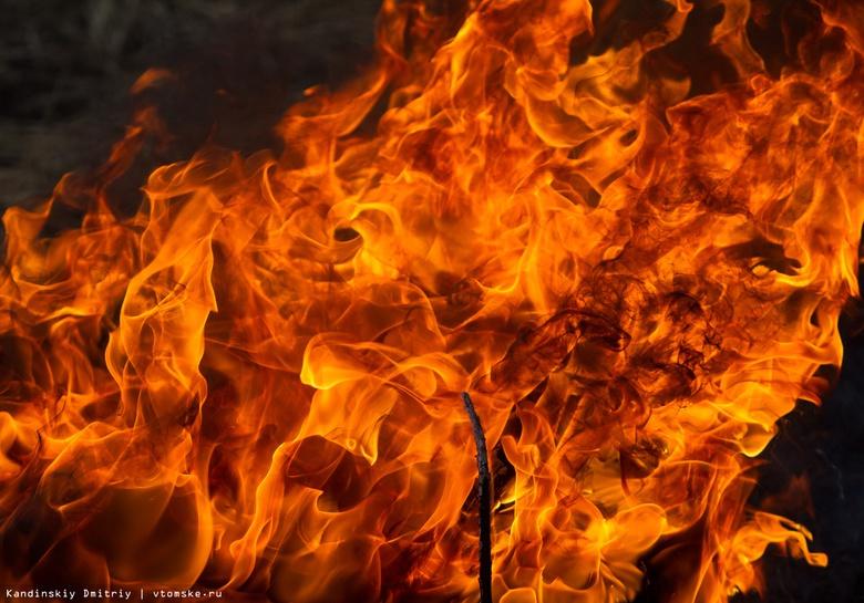 Расселенный деревянный дом загорелся на Красноармейской в Томске