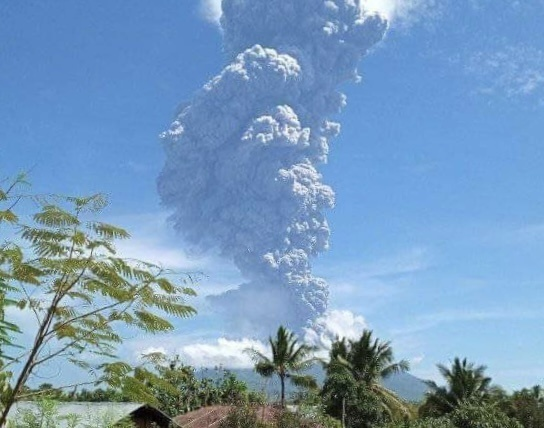 В Индонезии проснулся вулкан Левотоло. Он выбросил столб пепла на высоту 4 км
