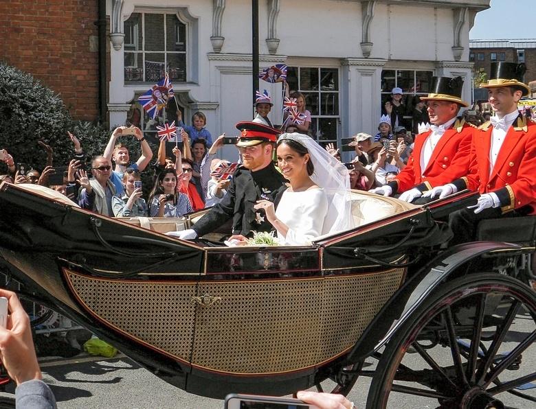 Принц Гарри и Меган Маркл покидают Виндзорский замок после женитьбы, 19 мая 2018 год
