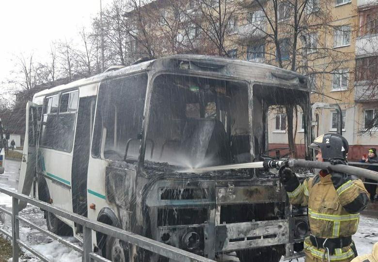 Автобус загорелся на ходу в центре Северска
