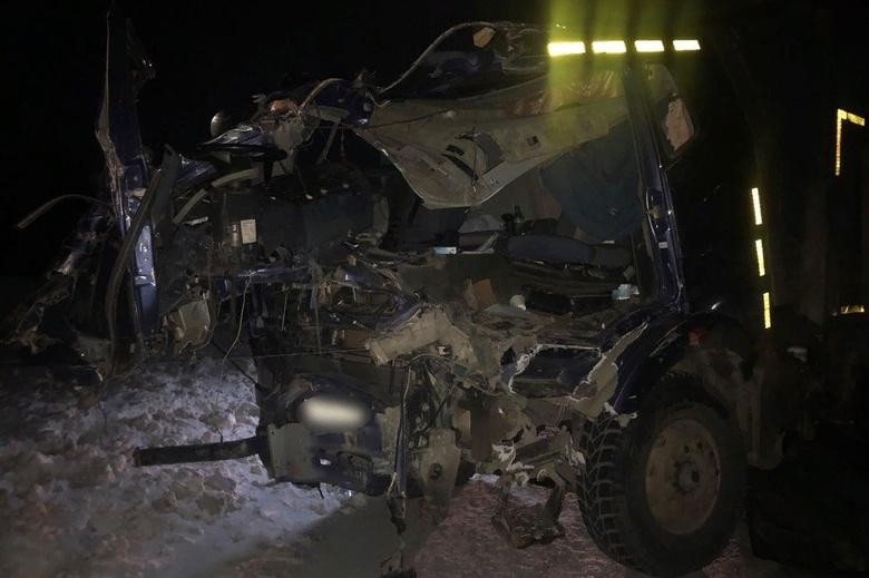Грузовики столкнулись на томской трассе, пострадали 2 человека