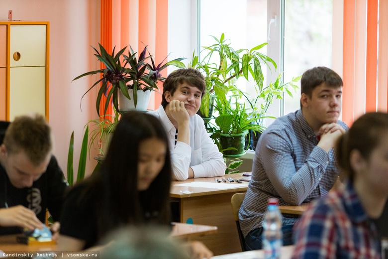 Без телефонов и под камерами: как проходит ЕГЭ в Томске