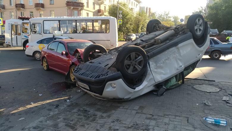 Лег на крышу: столкновение 2 авто в центре Томска попало на видео