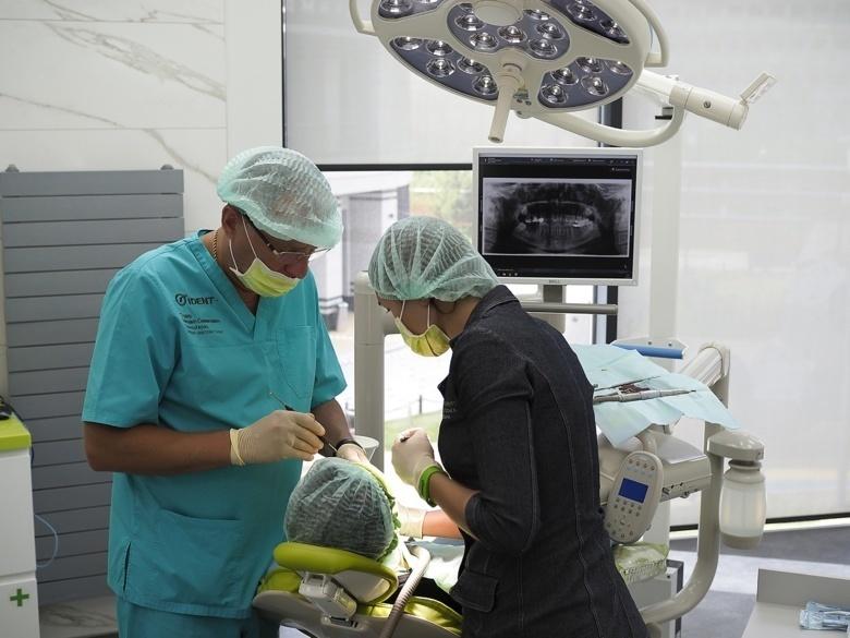 Стоматолог рассказал, к чему готовиться пациентам при имплантации зубов