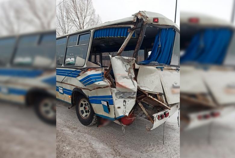 КамАЗ протаранил маршрутку с пассажирами в Томске