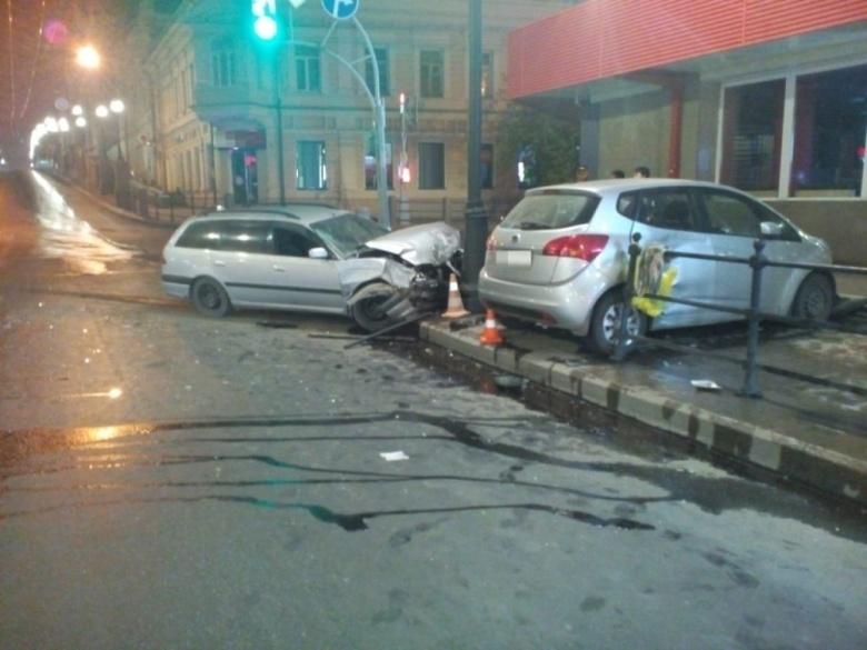 Toyota пыталась проскочить на «красный» и столкнулась с Kia в центре Томска