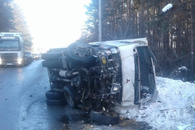 Два человека пострадали при столкновении встречных авто в Томске