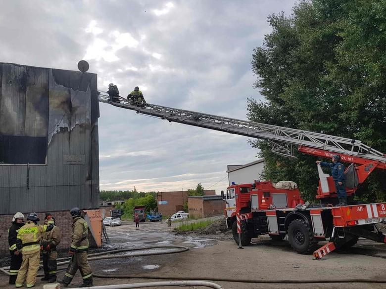 Около 40 пожарных тушили горящий ангар в Томске