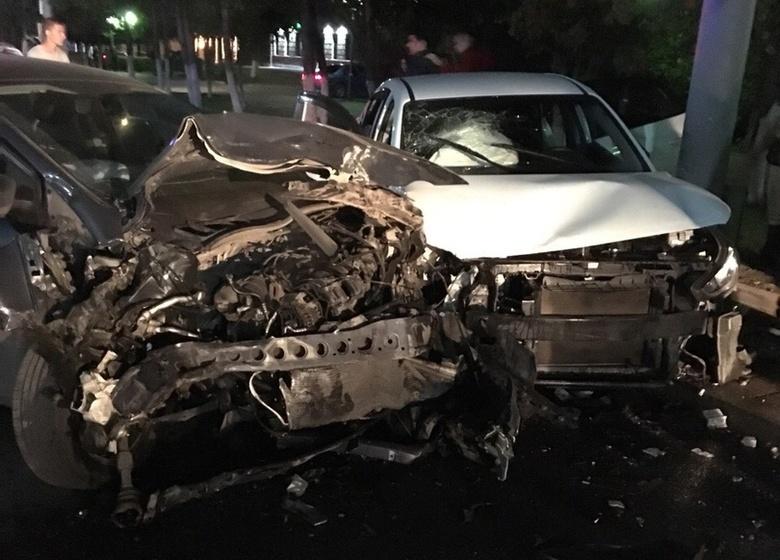 Три человека попали в больницу после лобового ДТП в центре Томска