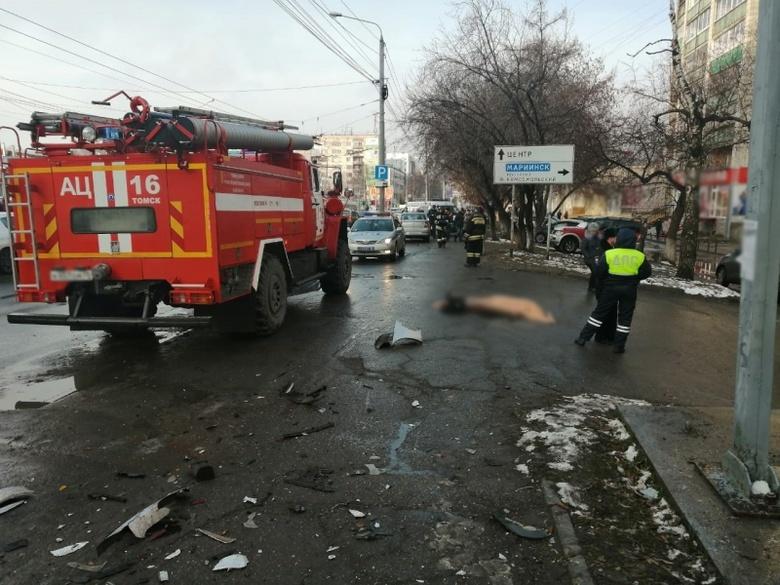 В Томске иномарка влетела в толпу пешеходов, погибла женщина