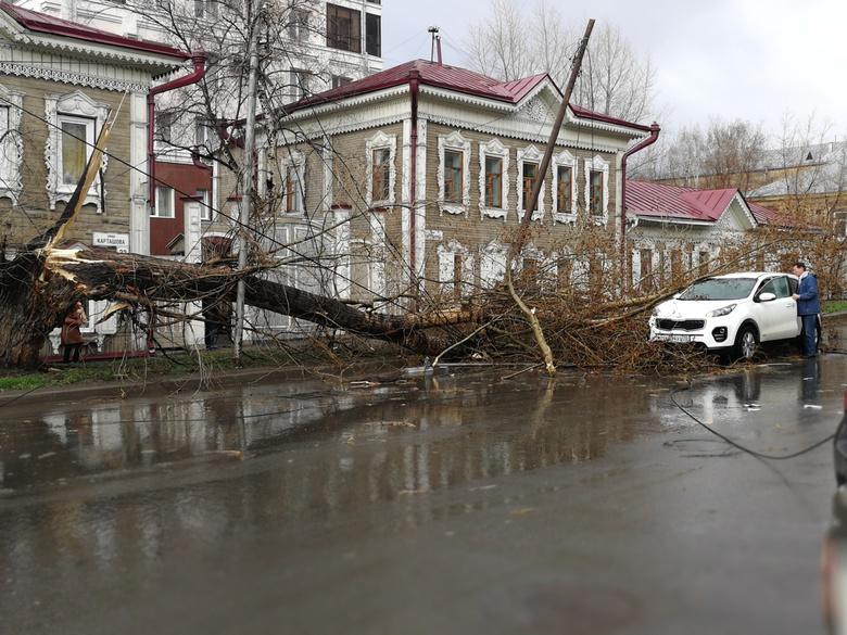 Летели крыши и деревья: томичи сообщают о последствиях сильного ветра