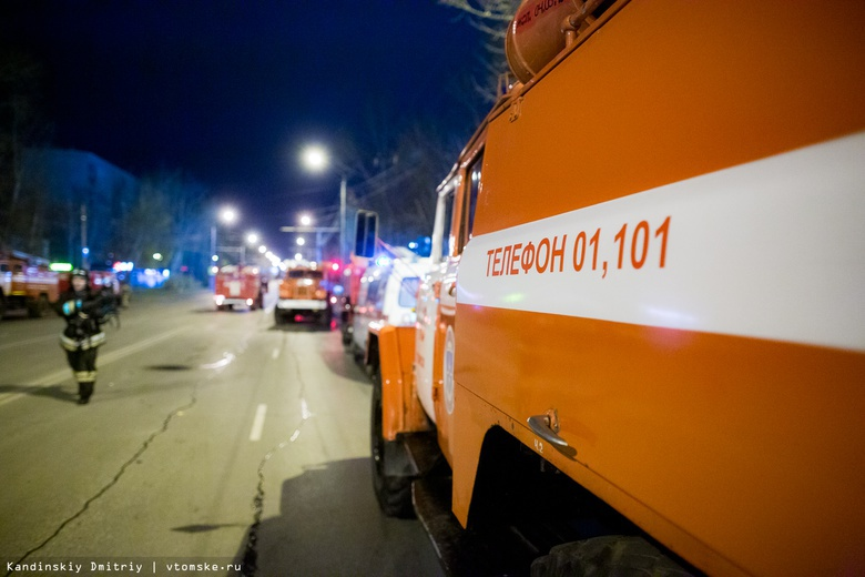 Томские пожарные 2 часа тушили деревянный дом и автосервис на Черемошниках