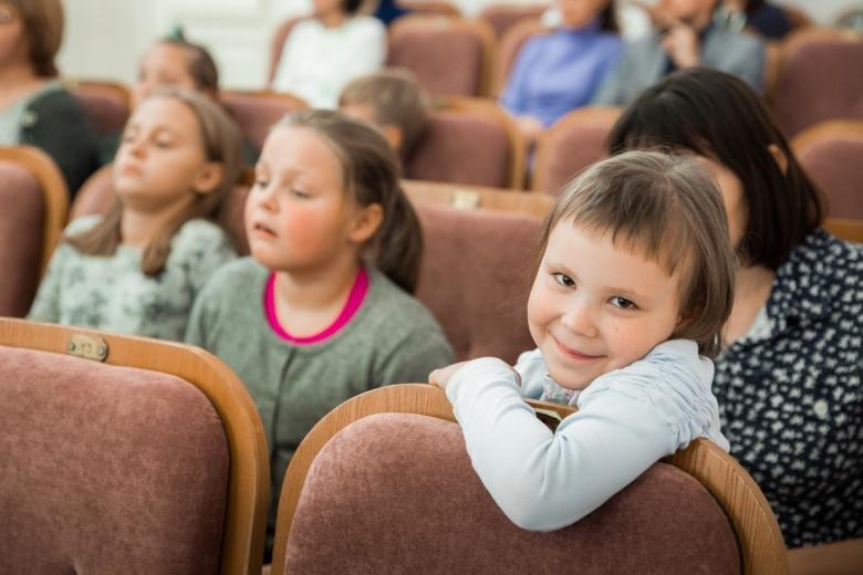 В объятиях музыки: известный скрипач провел в Томске концерт для детей