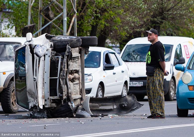 Иномарка завалилась на бок после ДТП с 2 автомобилями в Томске