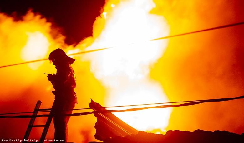 Пожарные на руках вынесли мужчину-инвалида из горящего дома в Томске