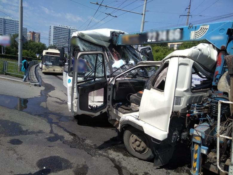 Кран-манипулятор столкнулся с иномаркой и 2 автобусами в Томске
