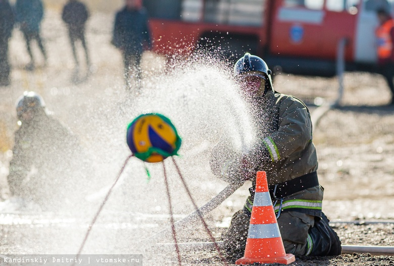 Томские пожарные выяснили, кто быстрее сможет поразить мишень водой