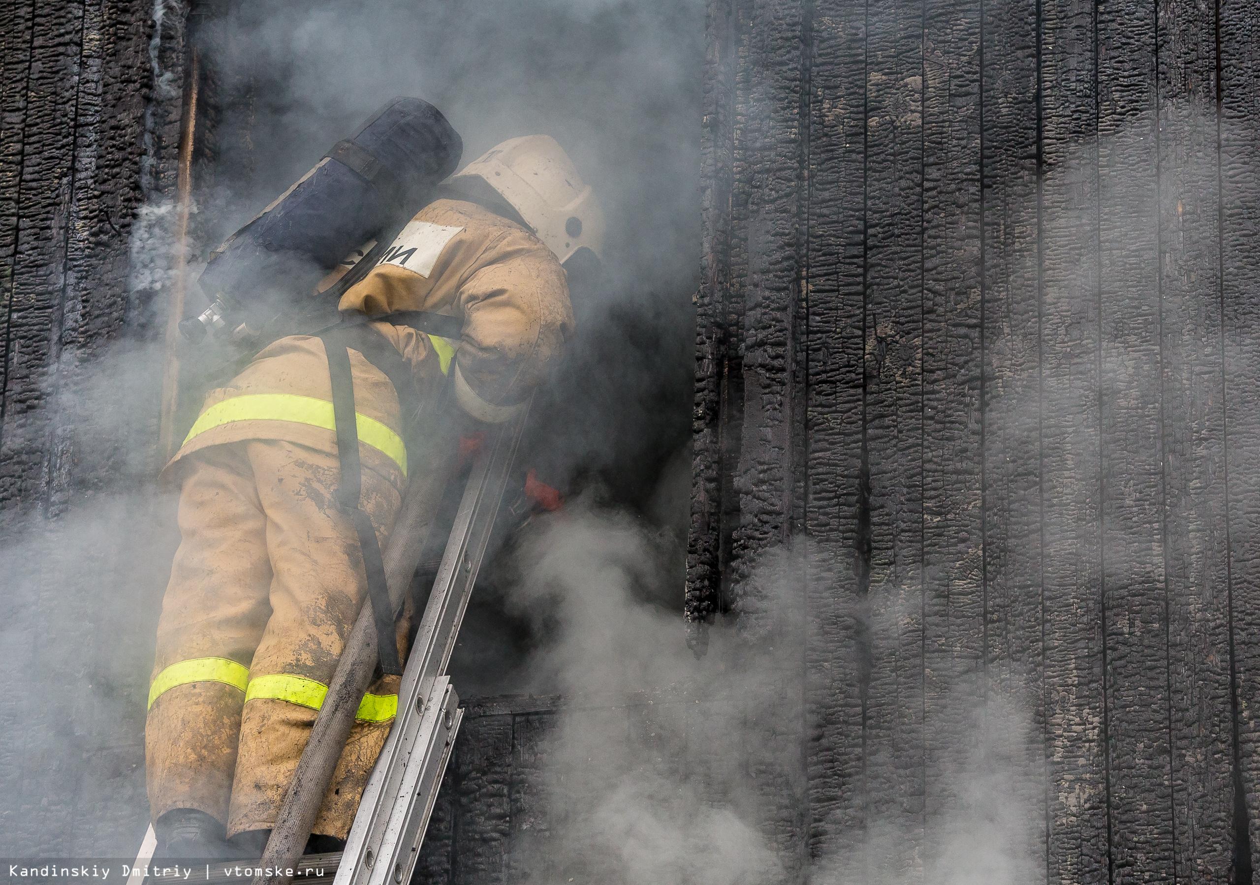 Деревянный дом сильно пострадал во время пожара в Томске