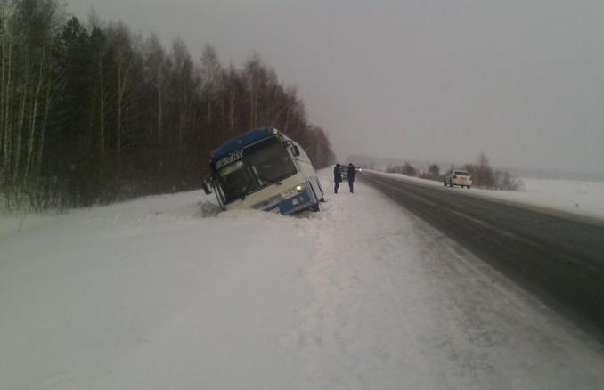 Автобус с 30 пассажирами «улетел» в кювет на трассе Томск–Мариинск