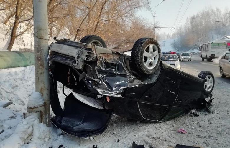Toyota перевернулась после ДТП с Renault на проспекте Мира в Томске