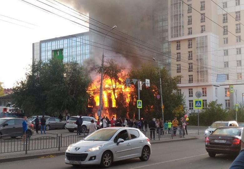 Подлежащий сносу деревянный дом горит в центре Томска