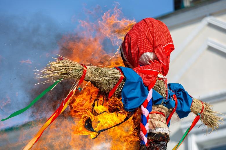 Томичи отметили Масленицу скоростным поеданием блинов и сожжением чучела