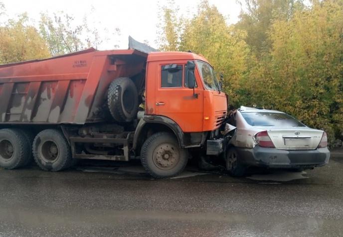 Водитель иномарки получил травмы после ДТП с КамАЗом в Томске