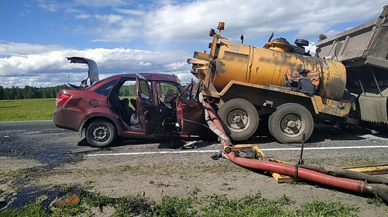 Скончался еще один пассажир ВАЗа, врезавшегося в прицеп на томской трассе