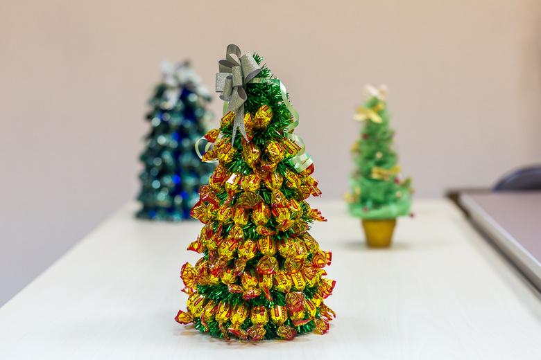 Картинки по запросу елка из конфет