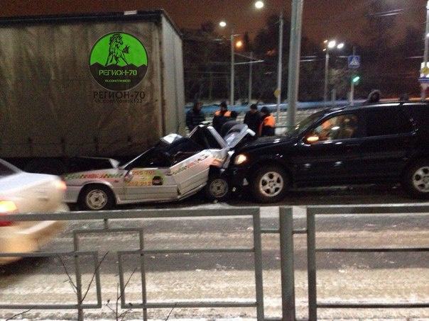 На Мира столкнулись грузовик, такси и «Мерседес» (фото)