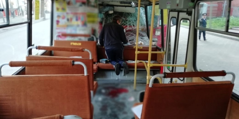 Маршрутка врезалась в припаркованную фуру в центре Томска, 3 пассажира в больнице