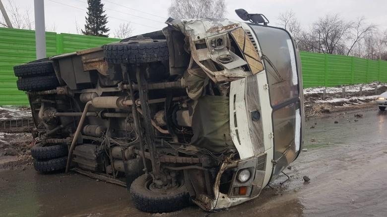 УМВД: водитель перевернувшейся в Томске маршрутки не справился с управлением