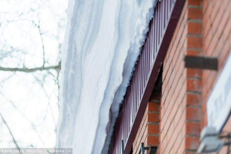 Две женщины пострадали от падения снега с крыш в Томске