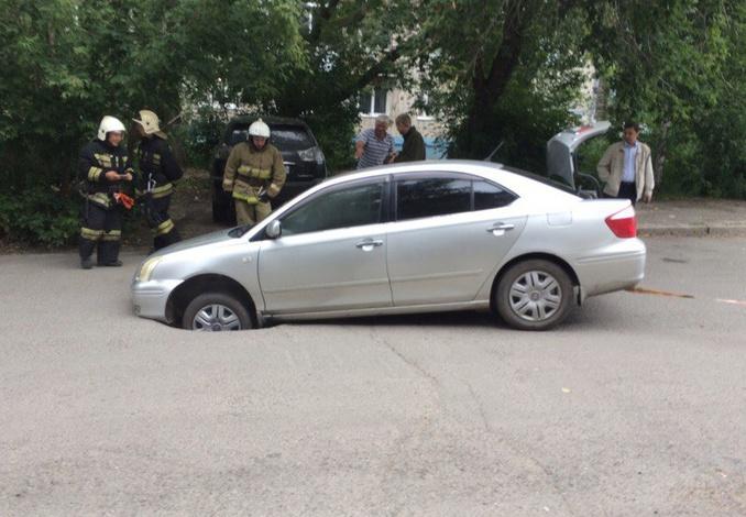 Асфальт провалился под автомобилем в Томске