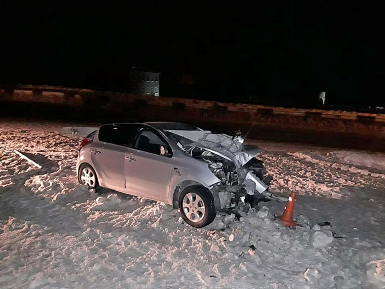 Hyundai врезался в столб на трассе Томск — Аэропорт, водитель в больнице