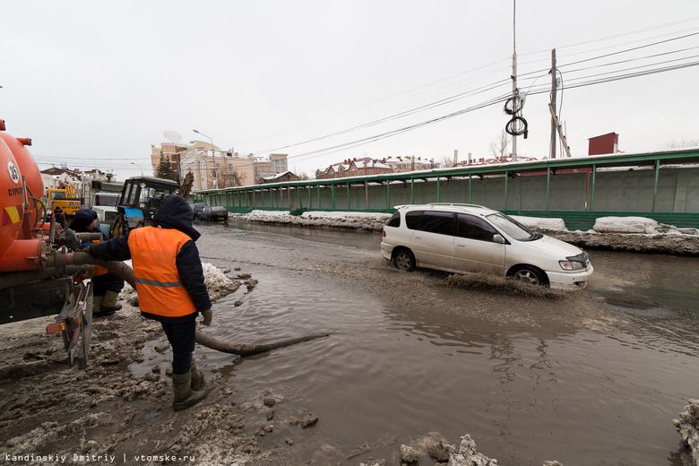Коммунальщики начали чистить ливневки Томска в преддверии паводка