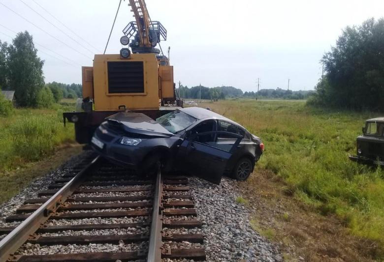 Иномарка выехала на ж/д переезд и столкнулась с локомотивом в Асиновском районе