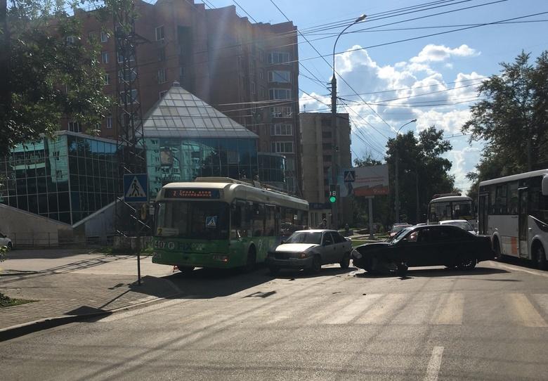 Пробка образовалась на Фрунзе из-за ДТП с участием иномарок и троллейбуса