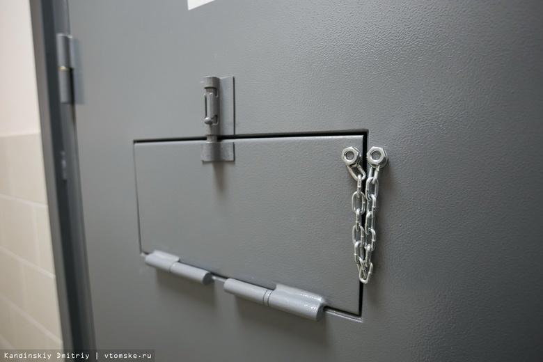 Дверь в комнату в Центре временного содержания иностранных граждан