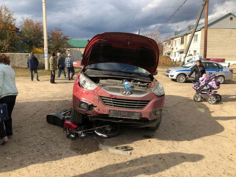 Двое подростков на мопеде столкнулись с Hyundai в томском селе