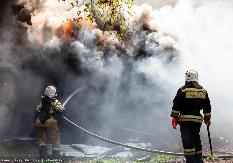Пожарные почти 5 часов тушили жилой дом в Томском районе