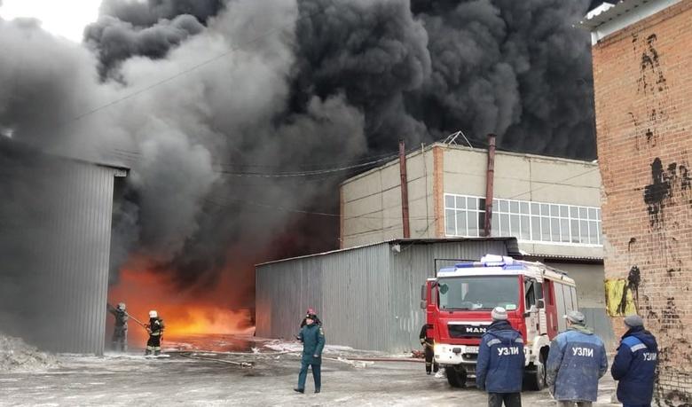 В Екатеринбурге загорелся лакокрасочный завод